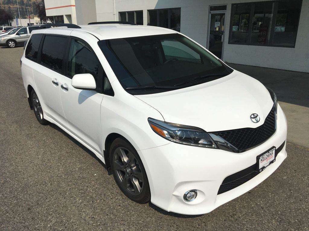 new 2017 toyota sienna se 4 door mini van passenger in kelowna 7sn3652 kelowna toyota. Black Bedroom Furniture Sets. Home Design Ideas